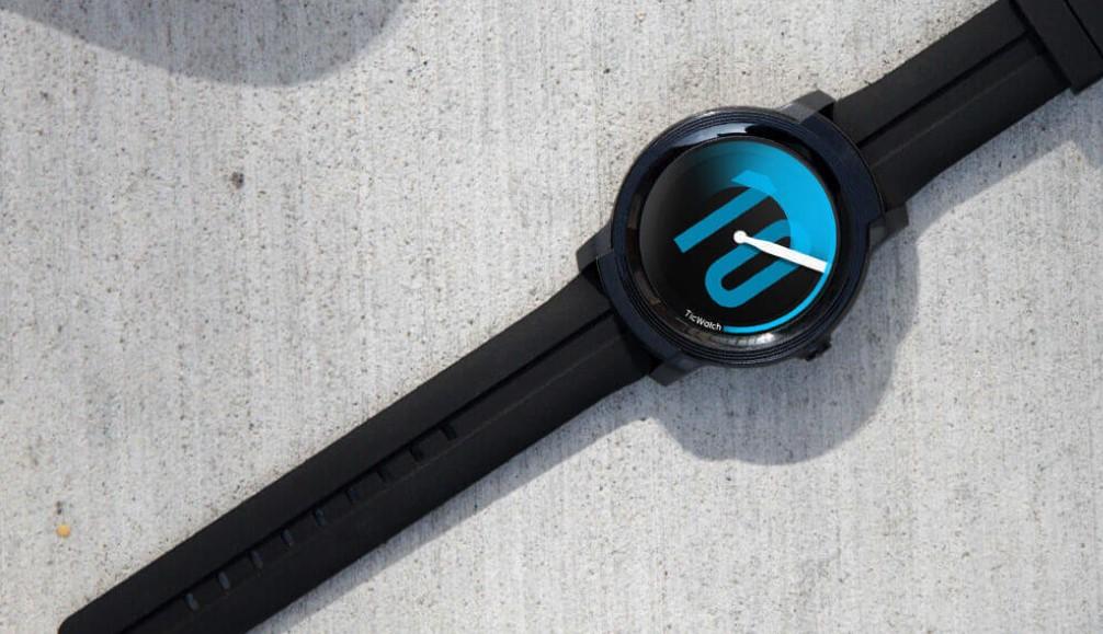 Chytřejší, levnější, prostě chytré hodinky s Wear OS pro každého, to jsou TicWatch E2