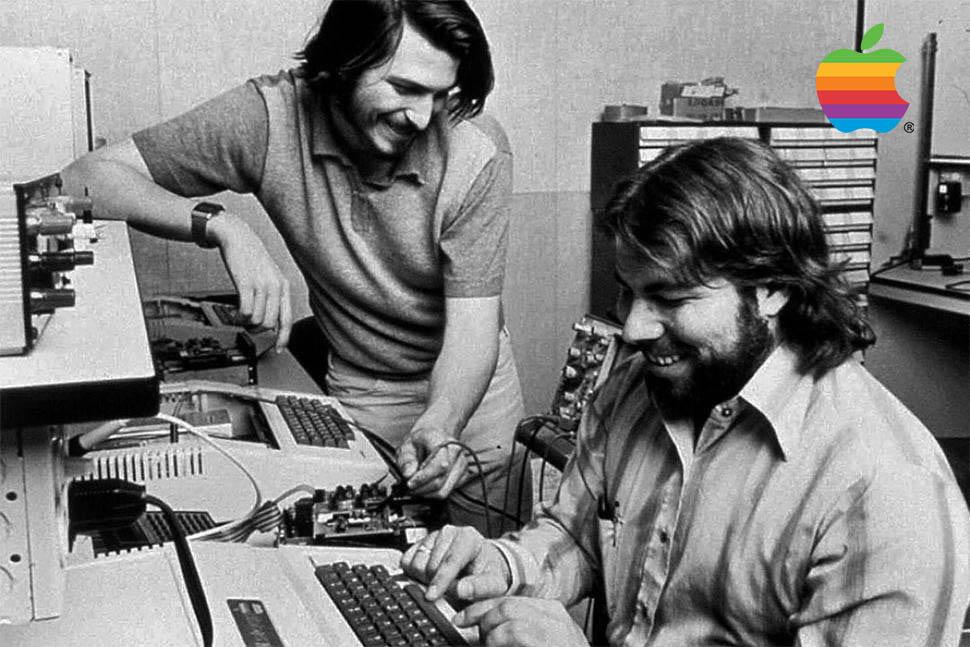 """Steve Jobs a Wozniak v první """"dílně"""" Applu, v garáži :-)"""