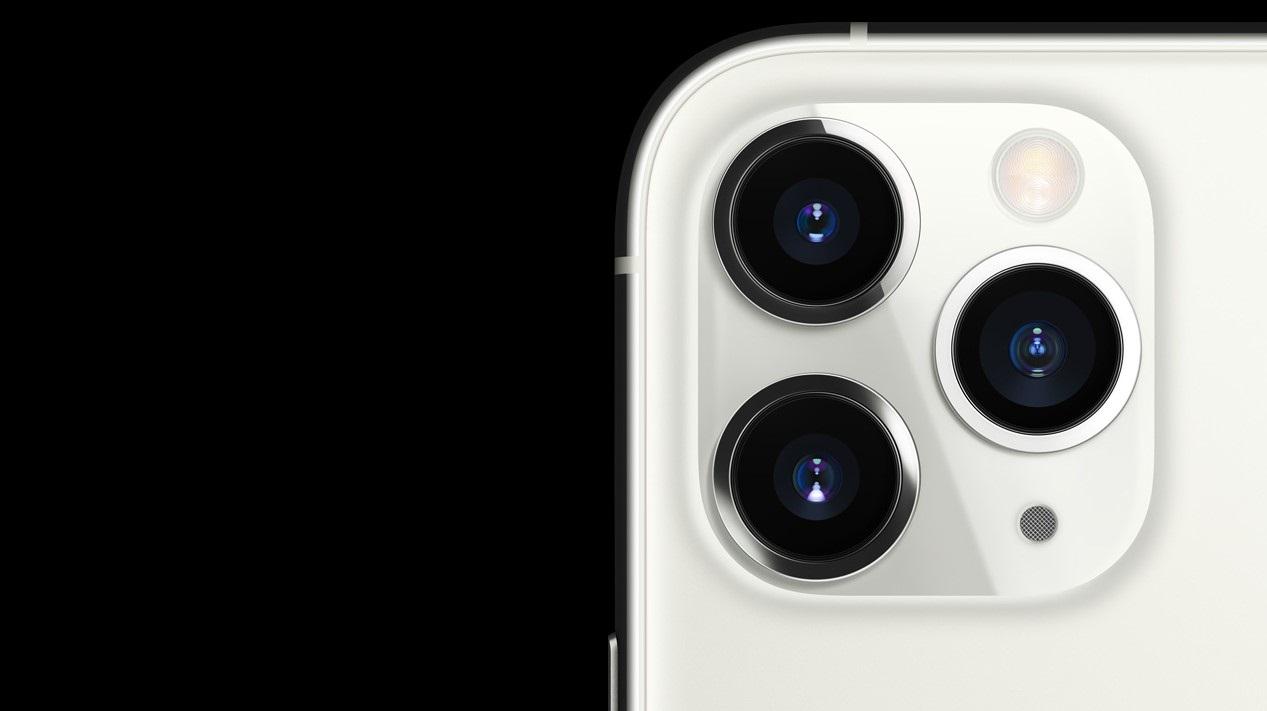 Trojitá kamera se širokoúhlým a ultra-širokoúhlým objektivem, který doplňuje teleobjektiv.