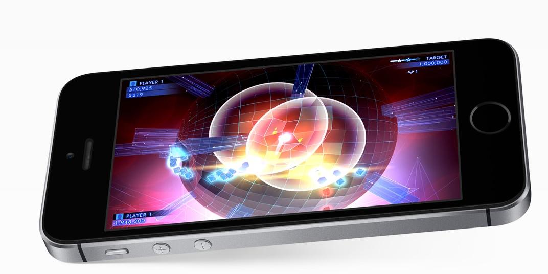 Výpočetní výkon malé iPhonu SE se vyrovná větším bratříčkům, využívá totiž procesoru Apple A9.