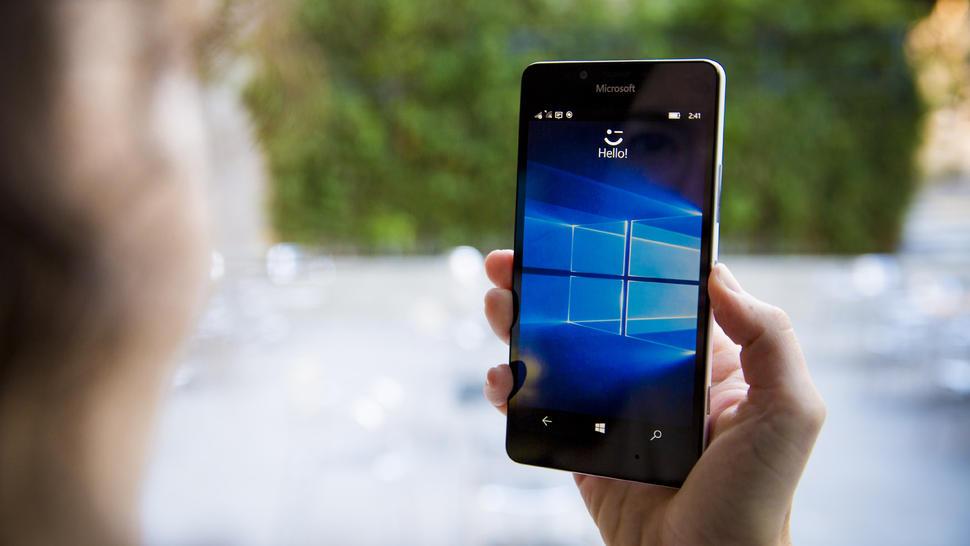 Odemykejte a zabezpečte svůj smartphone pomocí své duhovky, pomocí Windows Hello, které rozpozná i dvojčata.